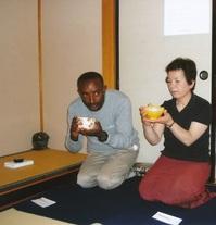 茶道体験するシサイ.jpg